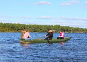 Découverte de l'étang blanc en barque dans l'univers des pêcheurs et chasseurs